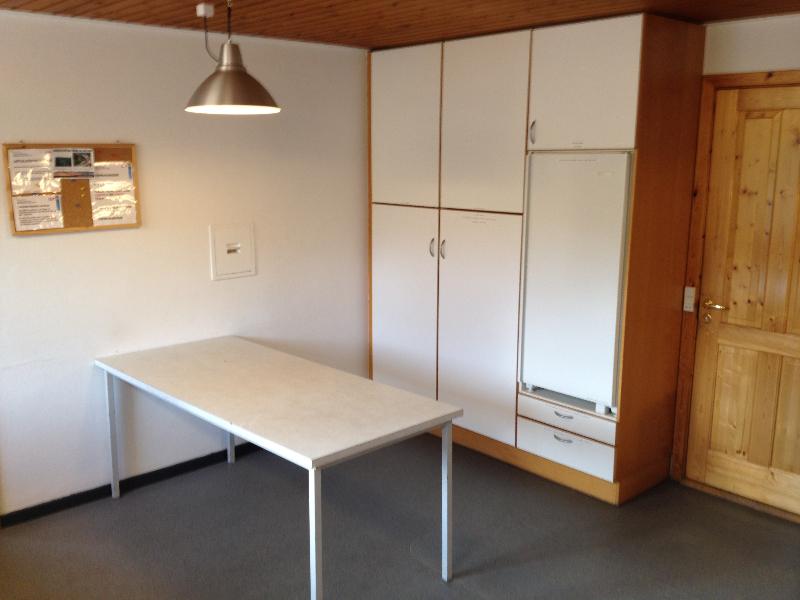 skovhuset-27-koekken-bord-koeleskab-og-skabe-med-service