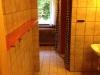 skovhuset-35-drenge-badevaerelse-set-fra-mellemgang