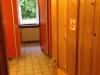 skovhuset-39-pigebadevaerelse-set-fra-mellemgang